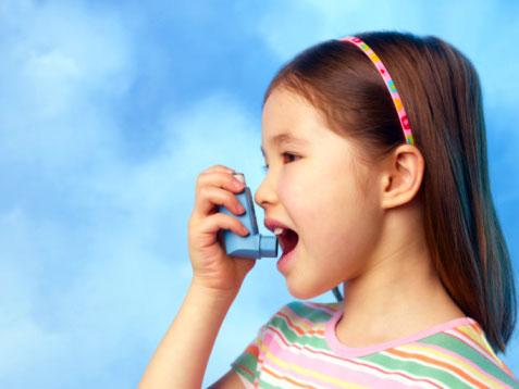 Hen phế quản là một bệnh mãn tính khó chữa khỏi hoàn toàn, do đó việc điều trị hen suyễn hướng đến mục tiêu kiểm soát tốt bệnh, giảm biến chứng. Với sự tác động của thảo dược nấm lim xanh, bệnh nhân được hỗ trợ cả trên hai khía cạnh: giảm các triệu chứng hen đồng thời tăng cường thể trạng, tăng khả năng chống trọi bệnh tật. Nguyên nhân gây bệnh hen phế quản Bệnh hen phế quản (còn được gọi bệnh suyễn, hen suyễn) là tình trạng viêm mạn tính đường thở. Bệnh gây ra triệu chứng khó thở từng cơn do co thắt phế quản kèm tăng tiết dịch đờm. Nguyên nhân bệnh có thể do di truyền, miễn dịch và môi trường. Những yếu tố khởi phát cơn hen có thể là những kích thích từ môi trường như phấn hoa, lông chó mèo, nấm mốc, khói, bụi…, do nhiễm khuẩn hoặc thời tiết thay đổi đột ngột. Bệnh hen phế quản nếu không được điều trị đúng cách sẽ gây ra những hậu quả nghiêm trọng về phổi, thậm chí đe dọa đến tính mạng người bệnh. Nấm lim xanh tác động đến bệnh hen phế quản như thế nào? Các hoạt chất nhóm beta trong nấm lim xanh giúp giãn phế quản, làm giảm dịch tiết ra ở phổi, ngăn tràn dịch màng phổi. Do đó, người bị hen phế quản nếu được sử dụng nấm lim xanh thường xuyên sẽ thấy cảm giác khó chịu giảm đi rõ rệt. Nấm lim xanh còn có các dược chất chống viêm là triterpene và ganoderic giúp ngăn chặn những biến chứng dẫn đến viêm phổi. Ngoài ra, nguồn vitamin và khoáng chất phong phú trong nấm lim xanh cũng góp phần đào thải độc tố, góp phần triệt tiêu căn nguyên gây bệnh, hạn chế tình trạng viêm nhiễm. Đồng thời, nấm lim xanh có công dụng nâng cao sức khỏe một cách toàn diện, tăng cường hệ thống miễn dịch, giúp cơ thể chống trọi với bệnh tật tốt hơn. Bên cạnh việc dùng thuốc và các sản phẩm hỗ trợ như nấm lim xanh, người bệnh cần chú ý dự phòng và khống chế bệnh bằng những biện pháp trong thói quen sinh hoạt hàng ngày. Để kiểm soát tốt bệnh hen phế quản, người bệnh cần tránh tiếp xúc với các yếu tố kích thích cơn hen như khói bụi độc hại, nấm mốc, phấn hoa, động vật…Đồng thời, tích cực tham gia cá