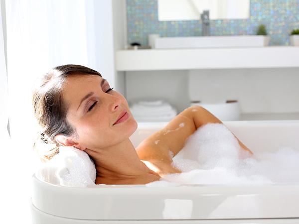 Tắm nước nóng giúp cơ thể thư giãn, trị nhức mỏi hiệu quả